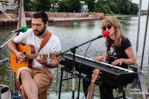 Das Duo Lemon Lights bot dann den passenden Soundtrack für den Sonnenuntergang auf dem Kanal. (Foto: Stephan Günther)