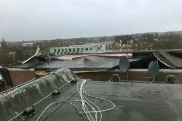 Ein Flachdach am Horstmarer Landweg wurde durch eine Windboe abgedeckt (Foto: Feuerwehr Münster)