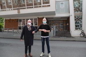 Markus Lewe und Sharon Fehr vor Münsters Synagoge in der Klosterstraße. (Foto: Stadt Münster)