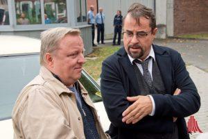 Thiel (Axel Prahl, li.) und Boerne (Jan Josef Liefers) am Filmset des Münster-Tatorts. (Foto: Michael Bührke)