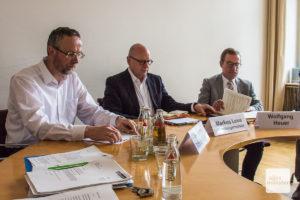 Mit Anstieg der Corona-Fallzahlen werden auch die Gesichter der Stadtverantwortlichen ernster. Dr. Norbert Schulze Kalthoff (Gesundheitsamt), Markus Lewe (Oberbürgermeister) und Wolfgang Heuer (Leiter Krisenstab) informierten am Mittwoch über die Lage in Münster. (Foto: Thomas Hölscher)