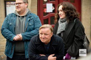 "Björn Meyer (li.), Axel Prahl und Mechthild Großmann am Rande der Dreharbeiten zum Tatort ""Limbus"". (Foto: Michael Bührke)"