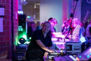 Tontechniker Thorsten Brinkmann bei der Arbeit. (Foto: Thomas Henneböhle)