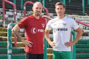 Marvin Thiel und Marcel Hoffmeier (v.l.) präsentieren das neue Auswärts- und Ausweichtrikot der Preußen für die Saison 2021/22. (Foto: SCP)