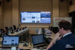 """Auf einer großen Monitorwand in der """"FEL"""", der Feuerwehr Einsatzleitung, werden die Twitter-Aktivitäten dargestellt. (Foto: Stephan Günther)"""