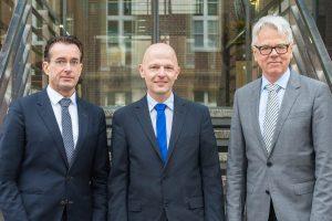 Freuen sich über den Neuzugang von der Berliner Charité: Prof. Dr. med. Dr. phil. Robert Nitsch (l.) und Dekan Prof. Dr. Mathias Herrmann (r.) mit Prof. Dr. Andreas Pascher. (Foto: UKM)