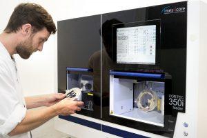 Der Zahntechniker David Roters fertigt mit der neuen Fräsmaschine Kronen und anderen Zahnersatz. (Foto: UKM)