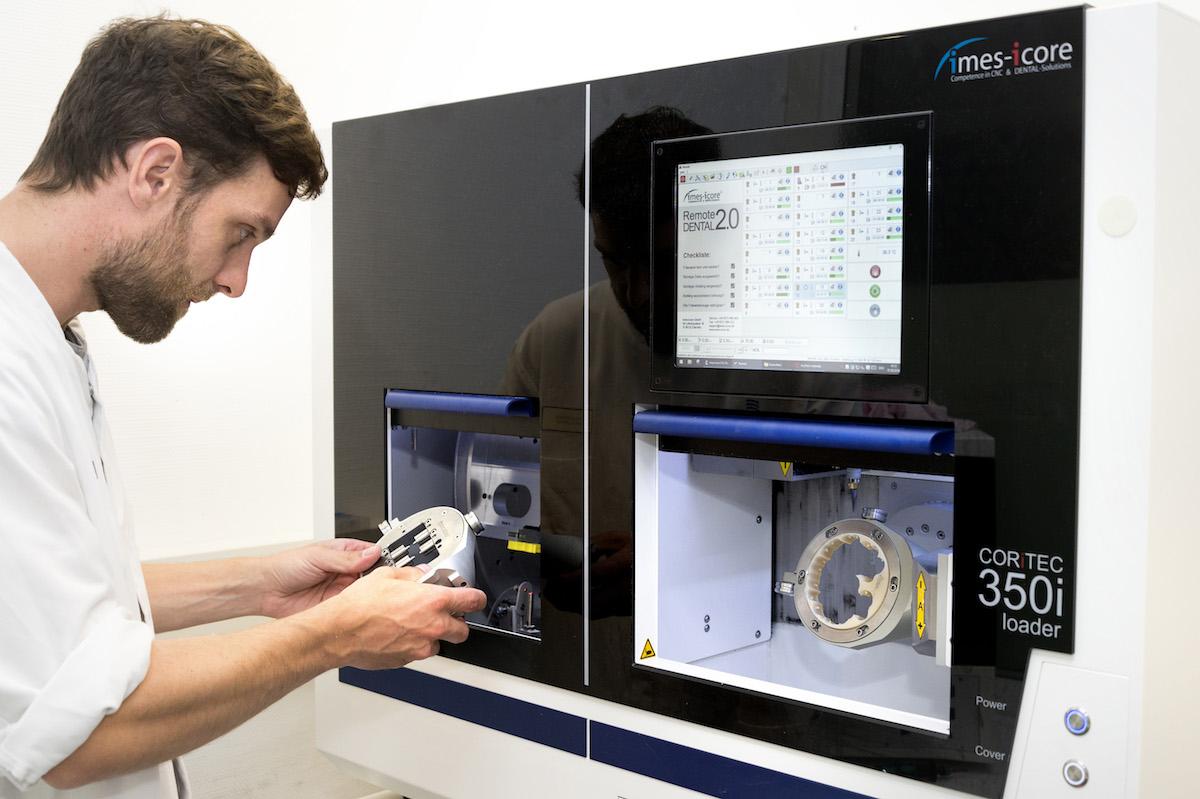Zahntechniker David Roters fertigt mit der neuen Fräsmaschine Kronen und anderen Zahnersatz. (Foto: UKM)