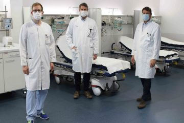 Im Notfall das Krankenhaus aufsuchen lautet der Appell von (v.l.) Prof. Dr. Philipp Kümpers (Leiter der interdisziplinären Notaufnahme am UKM), Prof. Dr. Heinz Wiendl (Klinik für Neurologie) und Dr. Georg Haltern (Klinik für Kardiologie I). (Foto: UKM)
