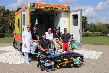 Intensivstation auf vier Rädern: Das Team vom Arbeiter-Samariter-Bund und UKM, u.a. mit Dr. Jan Sackarnd (l.), vor dem Intensivtransportwagen Münster. (Foto: UKM)