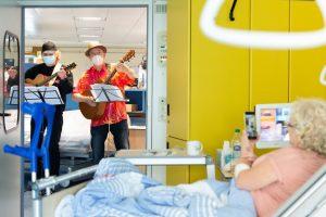 Zum Auftakt seiner Kulturpatenschaft hat Steffi Stephan zusammen mit dem Clinic-Clown Gerry Sheridan Musik auf Stationen gemacht. (Foto: UKM/ Marschalkowski)