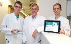 """(v.l.:) Dr. Arne Bokemeyer, Prof. Dr. Hermann Pavenstädt und Privat-Dozent Dr. Philipp Kümpers und sind von der App """"Notfallstandards"""" überzeugt. (Foto: UKM)"""