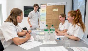 Im abschließenden Debriefing wird ausgewertet, wie gut sich die Pflegenden im Simulationstraining geschlagen haben. (Foto: UKM/Thomas Hauss)