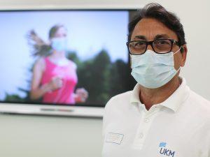 Mund-Nasen-Schutz - im Fitnessstudio sinnvoll, im Freien nicht unbedingt notwendig, sagt Sportmediziner Prof. Dr. Stefan-Martin Brand. (Foto: Universitätsklinikum Münster UKM)