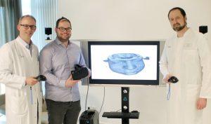 Bild (UKM): Für ein besseres Verständnis: (v.l.) Dr. Dr. Oliver Grauer, Jonas Thiet und Dr. Markus Holling mit der VR-Brille. (Foto: UKM)