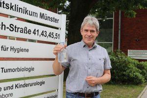 Ein geschulter Blick auf eine Wasserprobe: Prof. Thorsten Kuczius vom Institut für Hygiene am UKM. (Foto: UKM)