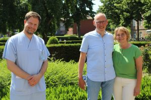 Prof. Christian Ertmer (l.) hat Detlef Erning sieben Wochen auf der Intensivstation behandelt. Doris Erning stand ihrem Mann dabei immer zur Seite. (Foto: UKM)