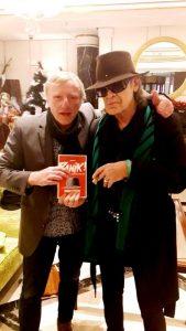"""Autor Willi Karkoska (li.) und Panik-Rocker Udo Lindenberg, der verblüffende Ähnlichkeit mit der Buchfigur """"JB"""" hat. (Foto: Archiv Karkoska)"""