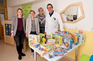 Hildegard Peppinghaus (2.v.l.) übergab die Spende an Sabrina Schulz, Karin Wrede und Dr. Otfried Debus (v.l.) vom Clemenshospital. (Foto: Clemenshospital)
