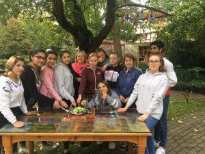 """Sie sammelten Rezepte und entwarfen ein Kochbuch – Schülerinnen und ein Schüler der Waldschule Kinderhaus am """"Tisch der Verständigung"""" mit Lehrerin Gisela Klatt (Mitte) und Karin Gindler-Hilge (re.). (Foto: Gintare Skroblyte)"""