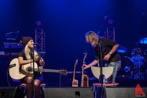 Vanessa van de Forst und Michael Voss richten sich auf der Bühne ein. (Foto: sg)