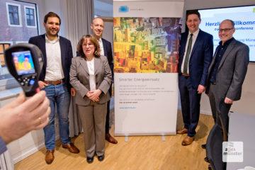Georg Reinhardt (Umweltamt), Nicole Hildebrandt (Katastermat), Sebastian Jurczyk (Stadtwerke Münster), Stadtbaurat Robin Denstorf und Dr. André Wolf (Smart City) sind gespannt auf die Ergebnisse der Wärmebildbefliegung.