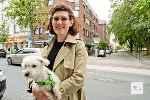 Was für die meisten Menschen nur Häuserzeilen sind, ist für die Münsteranerin Helen Stelthove das Jagdgebiet für WLAN-Namen. Ihr Hund Johnny leistet dabei als Spürhund wichtige Dienste. (Foto: Michael Bührke)