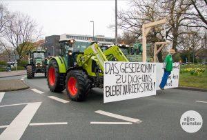 Auf dem Weg zur Demo auf dem Domplatz legten die protestierenden Bauern den Verkehr in Münster zeitweilig lahm, wie hier am Ludgeriplatz. (Foto: Michael Bührke)