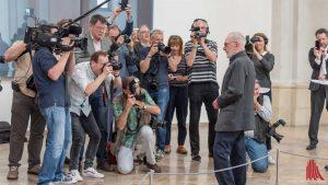 Der sonst eher als kamerascheu bekannte Gerhard Richter stellte sich bei der Übergabe seines Kunstwerks im Sommer der Presse. (Archivbild: Thomas M. Weber)