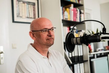 Prof. Dr. Martin Winter vom Batterieforschungszentrum MEET bei der Aufzeichnung des WWU-Casts. (Foto: Sophie Pieper, WWU Münster)
