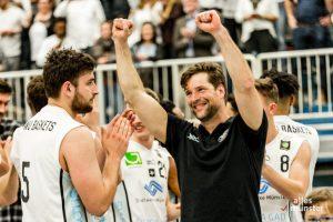 """""""Die Zuschauer haben uns überragend nach vorne getrieben"""", freut sich Trainer Philipp Kappenstein mit seiner Mannschaft. (Foto: Claudia Feldmann)"""