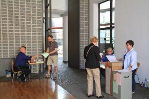 Rund 2600 Ehrenamtliche unterstützen bei jeder Wahl die Stadt Münster. Sie sorgen etwa in den fast 200 Wahllokalen für einen reibungslosen Ablauf – wie hier in der Stadtbücherei bei der letzten Kommunalwahl. (Foto: Stadt Münster, Amt für Kommunikation)