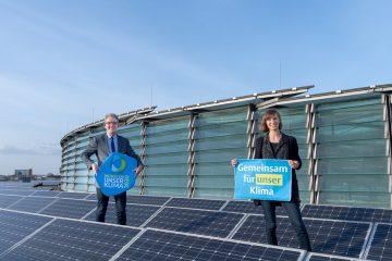 """Umweltdezernent Matthias Peck und Ramona Leusch (Koordinierungsstelle für Klima und Energie) stellen die Städte-Challenge """"Wattbewerb"""" vor. (Foto: Stadt Münster/ Michael C. Möller)"""