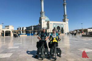 Magda Mayerhoffer und Manu Winkler auf dem Astane Platz vor der Imam Hassan Moschee in Qom, Iran. (Foto: privat)