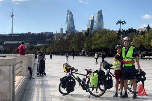 Vor den Flame-Towers in Baku (Aserbaidschan), bekannt aus dem Eurovision Song Contest 2012. (Foto: privat)