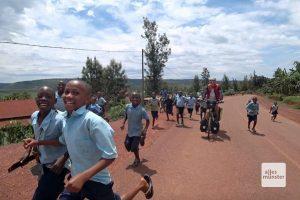 Ruanda zur Mittagszeit: Jede Menge Begleitung durch Schulkinder auf dem Heimweg. (Foto: privat)