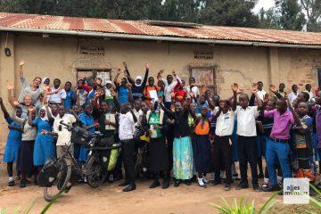 Die Schüler in Ndagwe tragen je nach Jahrgang andersfarbige Schuluniformen. (Foto: Piggybackriders)