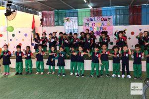 Die tanzenden Grundschüler hatten sogar ein Begrüßungsschild für uns gebastelt. (Foto: Piggybackriders)