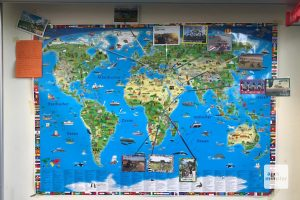Die Weltkarte der 2A in Taunusstein mit unserer Route und allen Karten aus dem Postkartenprojekt. (Foto: Piggybackriders)