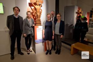 Prof. Dr. Achim Lichtenberger, Prof. Dr. Angelika Lohwasser, Saskia Erhardt, Dr. H.-Helge Nieswandt und Dr. Inken Rabbel (v.l.) mit einem Exponat der Ausstellung. (Foto: Michael Bührke)