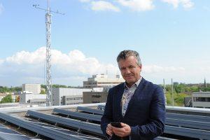 Prof. Dr. Otto Klemm vor der Wetterstation auf dem Dach der Geowissenschaften an der Corrensstraße. (Foto: WWU Münster)