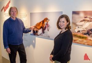 """Michael Lohmann (GDT) und Sybill Ebers (Westfälisches Pferdemuseum) mit dem Siegerfoto des Wettbewerbs """"Wildlife Photographer of the Year"""" von Don Gutoski. (Foto: th)"""