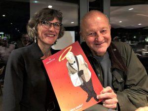 Gudrun Bruns, Leiterin der Krebsberatungsstelle, präsentiert mit Leonard Lansink den neuen Wildberg Adventskalender. (Foto: Markus Hauschild)