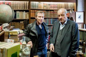 Am Rande der Wilsberg-Dreharbeiten: Leonard Lansink (re.) und Roland Jankowsky. (Foto: Claudia Feldmann)