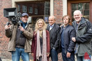 Am Antiquariat (v.l.): Kameramann Philipp Timme, Anne Kanis, Leonard Lansing, Oliver Korittke und Regisseur Martin Enlen. (Foto: cf)