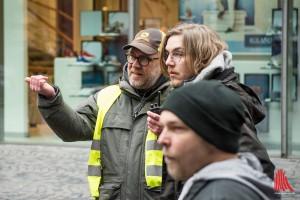 Set-Aufnahmeleiter Colin Bennett (li.) hat die Crew im Griff. (Foto: th)