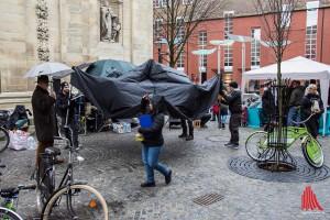 Es beginnt zu regnen. Im Nu werden Zelte und Pavillons aufgebaut. (Foto: th)