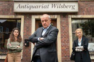 Wilsberg (Leonard Lansink) gleich mit der Schneiderin Tahmina Ahmadi (Anastasia Papadopoulou, l.) und der Investorin Rebekka Heise (Christine Sommer, r.) (Copyright: ZDF/Thomas Kost)