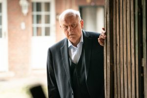 Wilsberg (Leonard Lansink) entdeckt den Ort, an dem die Ladenbesitzer Drogengeschäfte abwickeln. (Copyright: ZDF/Thomas Kost)