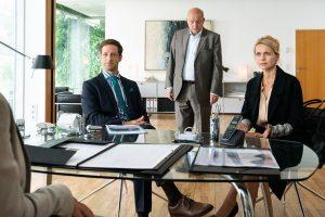 Wilsberg (Leonard Lansink, M.) gibt vor, Immobilieninvestor zu sein. (Copyright: ZDF/Thomas Kost)